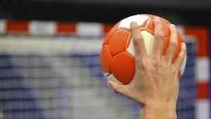 zawodnik trzyma piłkę