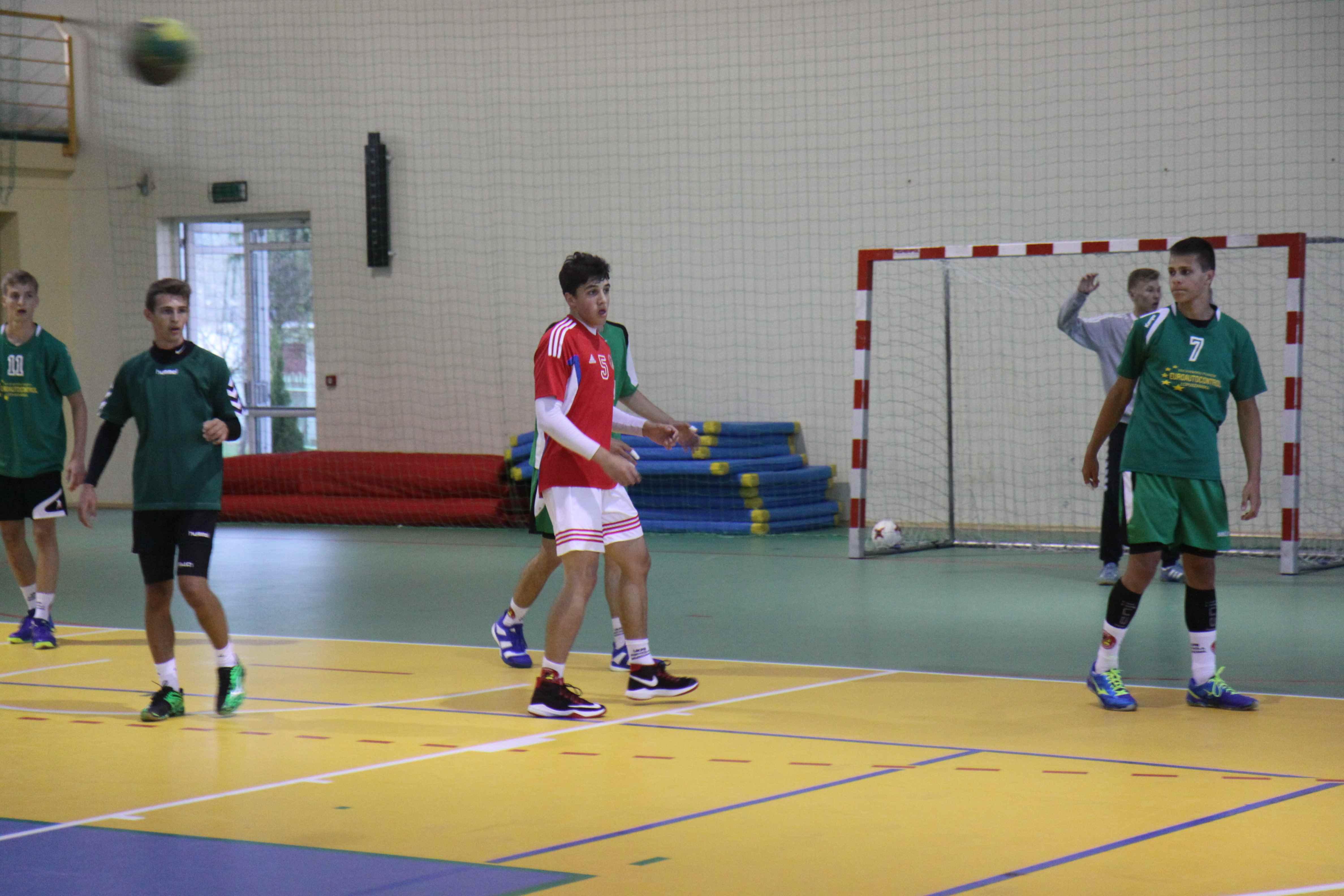 trening z piłki ręcznej na obozie dla dzieci