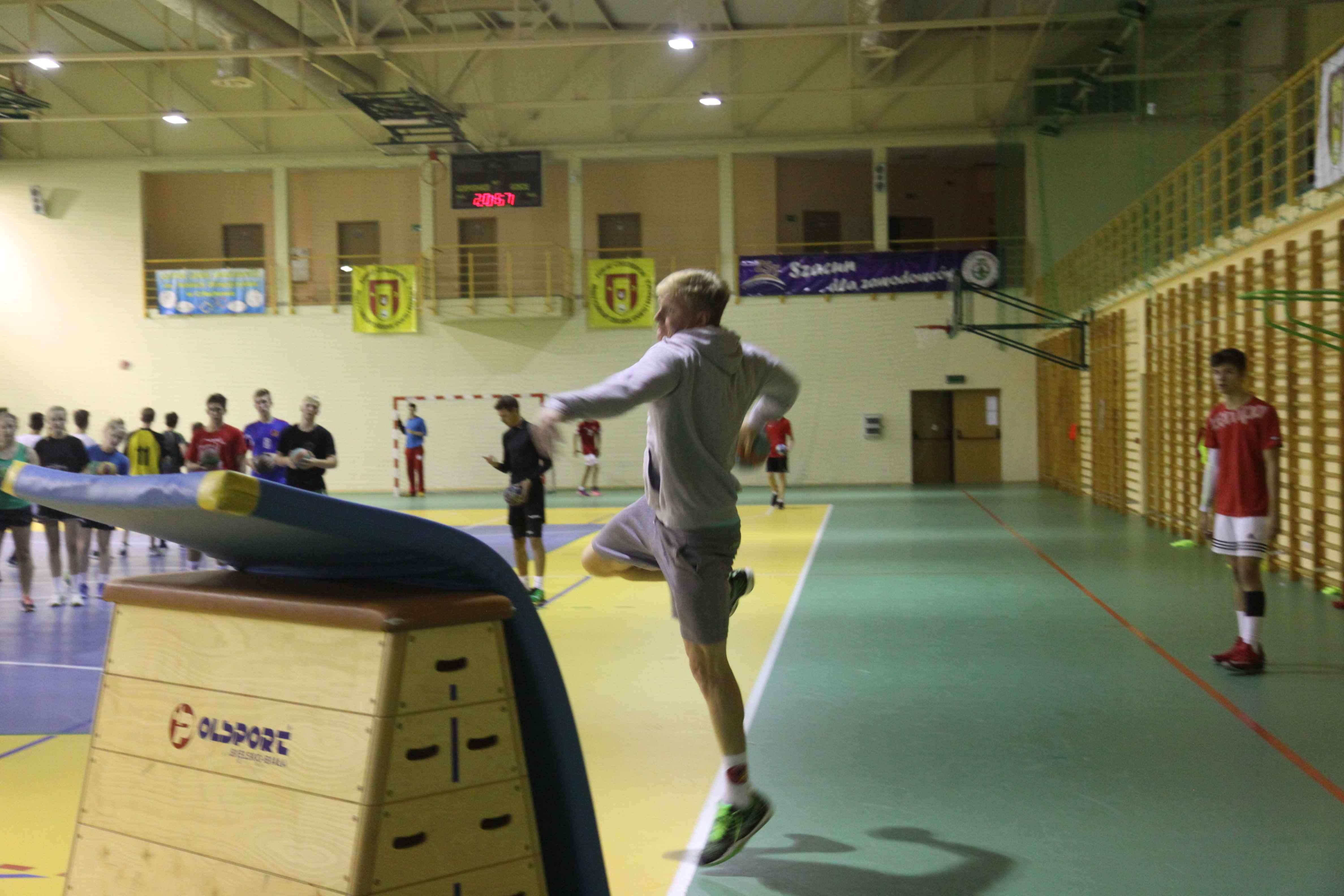 zajęcia sportowe na sali gimnastycznej