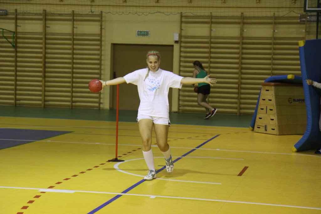 dziewczyna rzuca piłką
