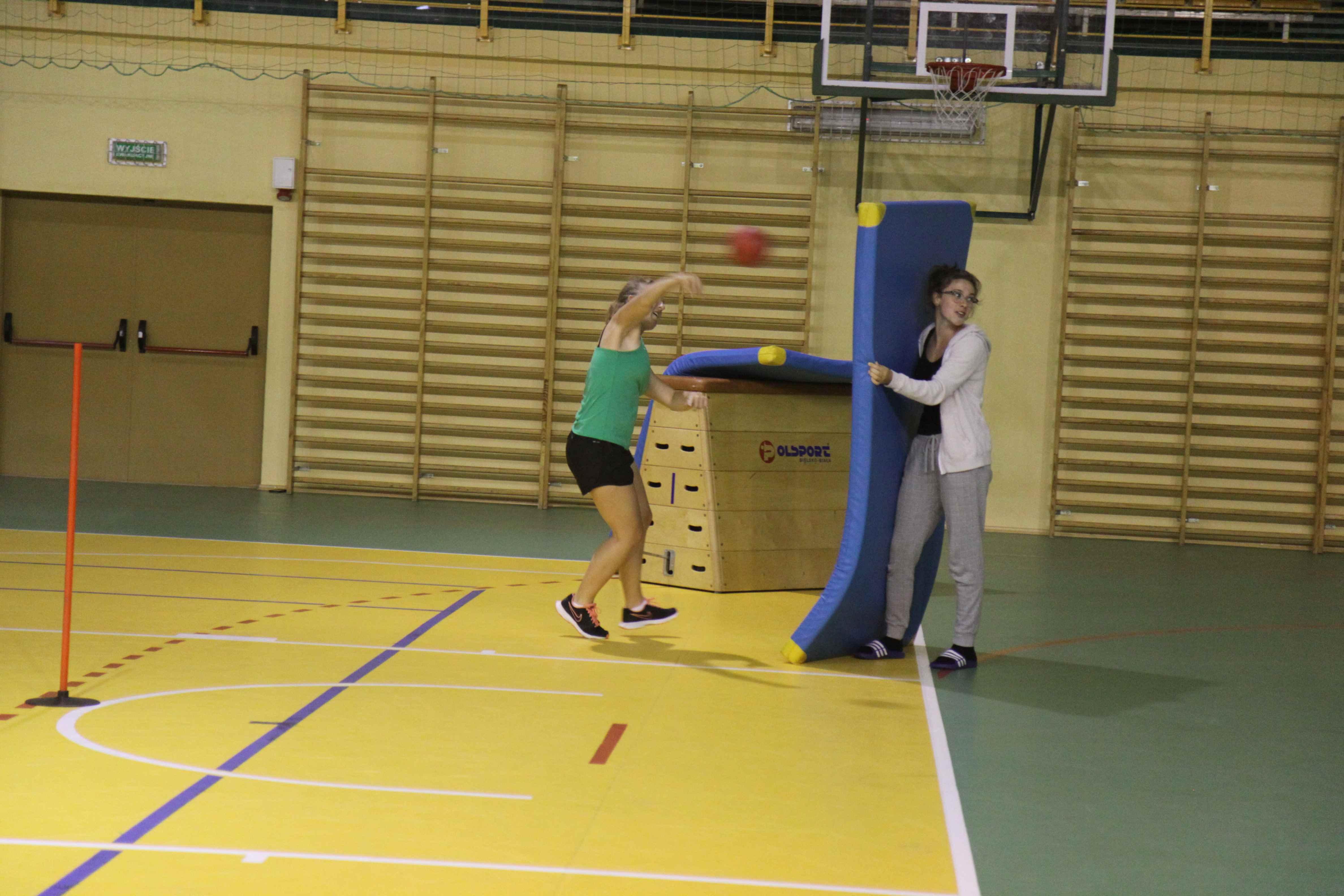 dziewczyny podczas treningu piłkarskiego