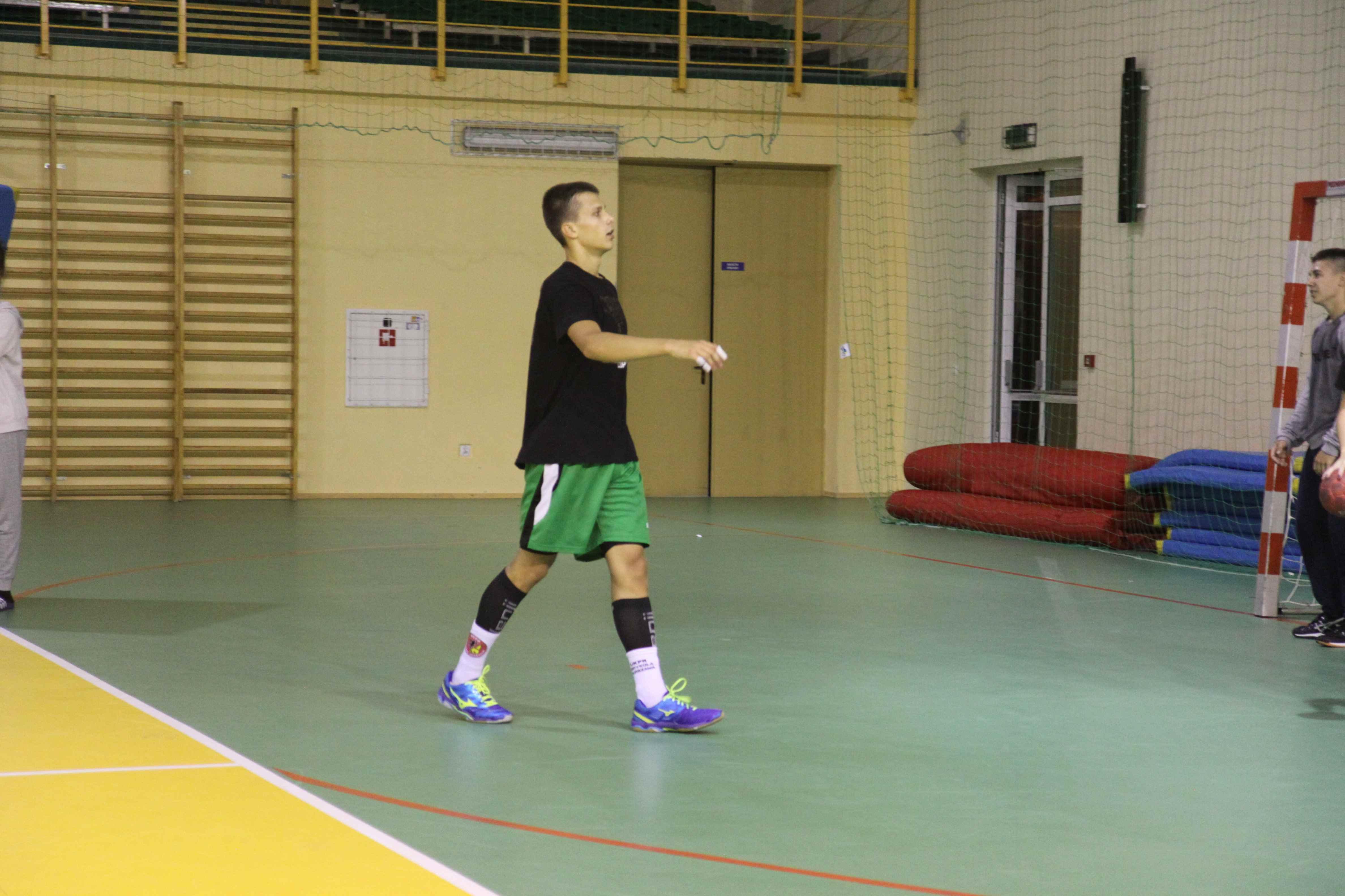 chłopiec podczas treningu piłkarskiego
