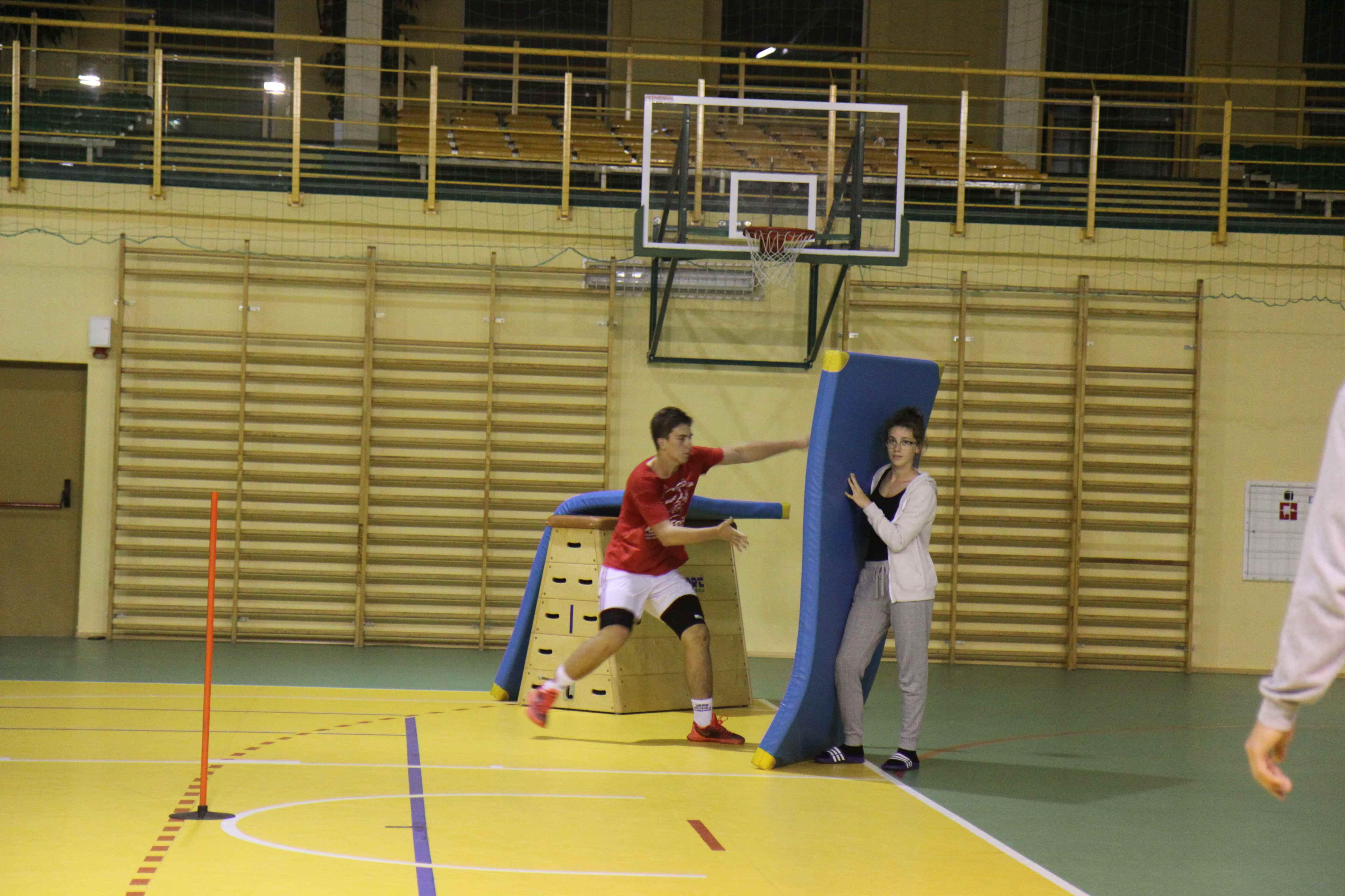 zajęcia sportowe z materacami