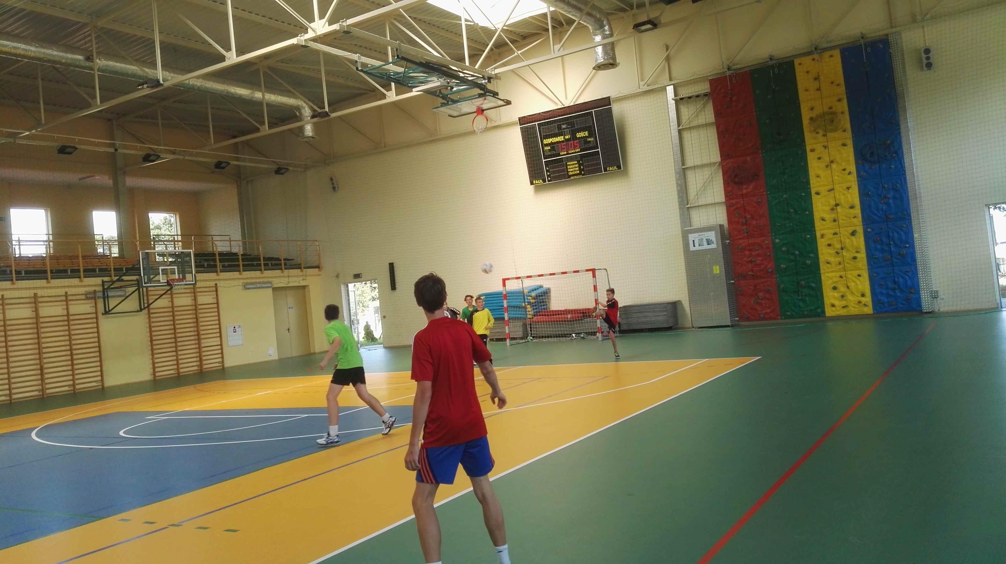 trening piłki ręcznej w sali gimnastycznej