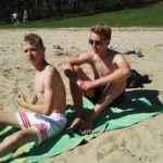 chłopcy na plaży podczas obozu sportowego