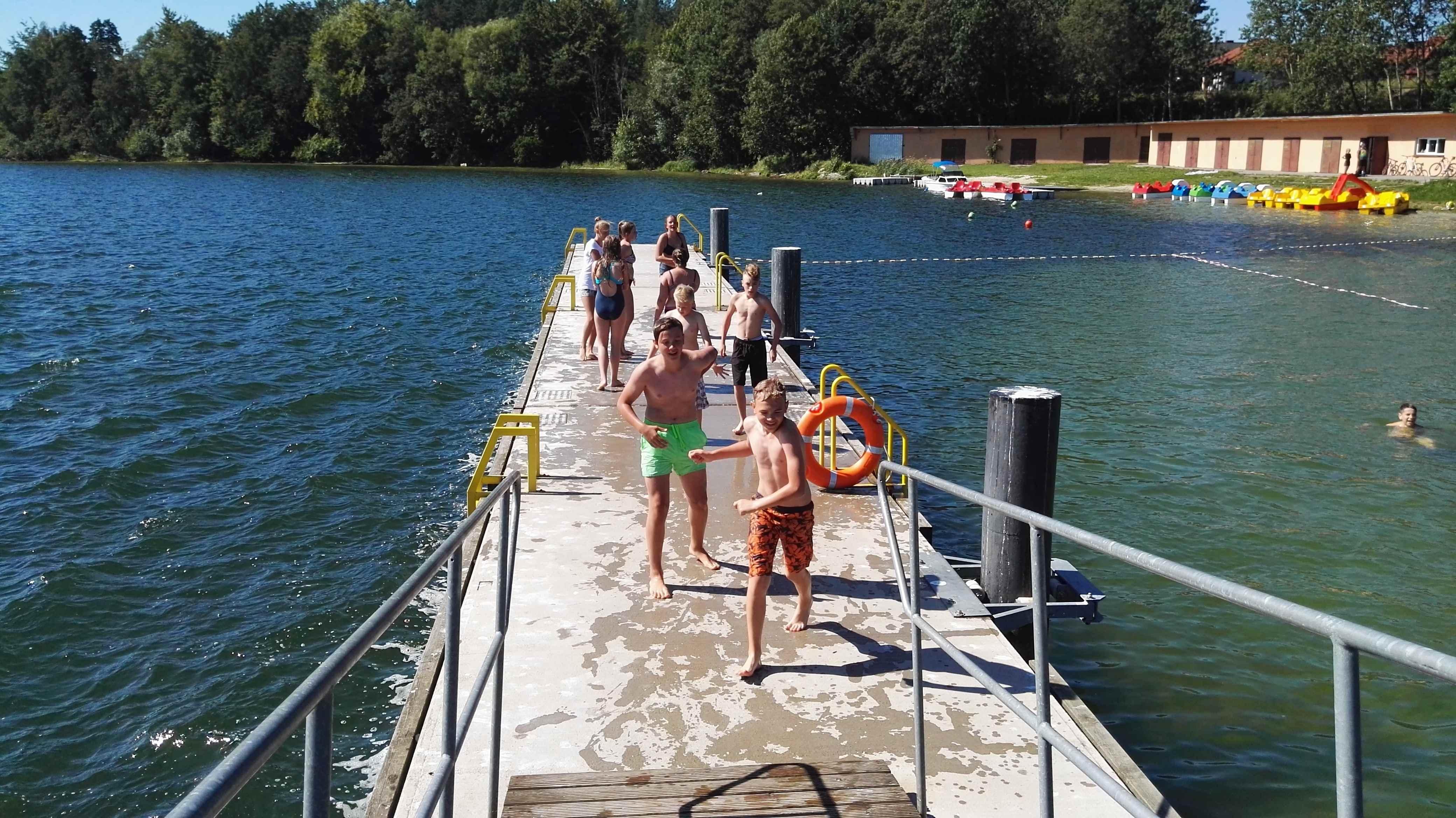 chłopcy nad jeziorem