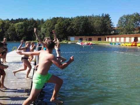 dzieci skaczą do wody