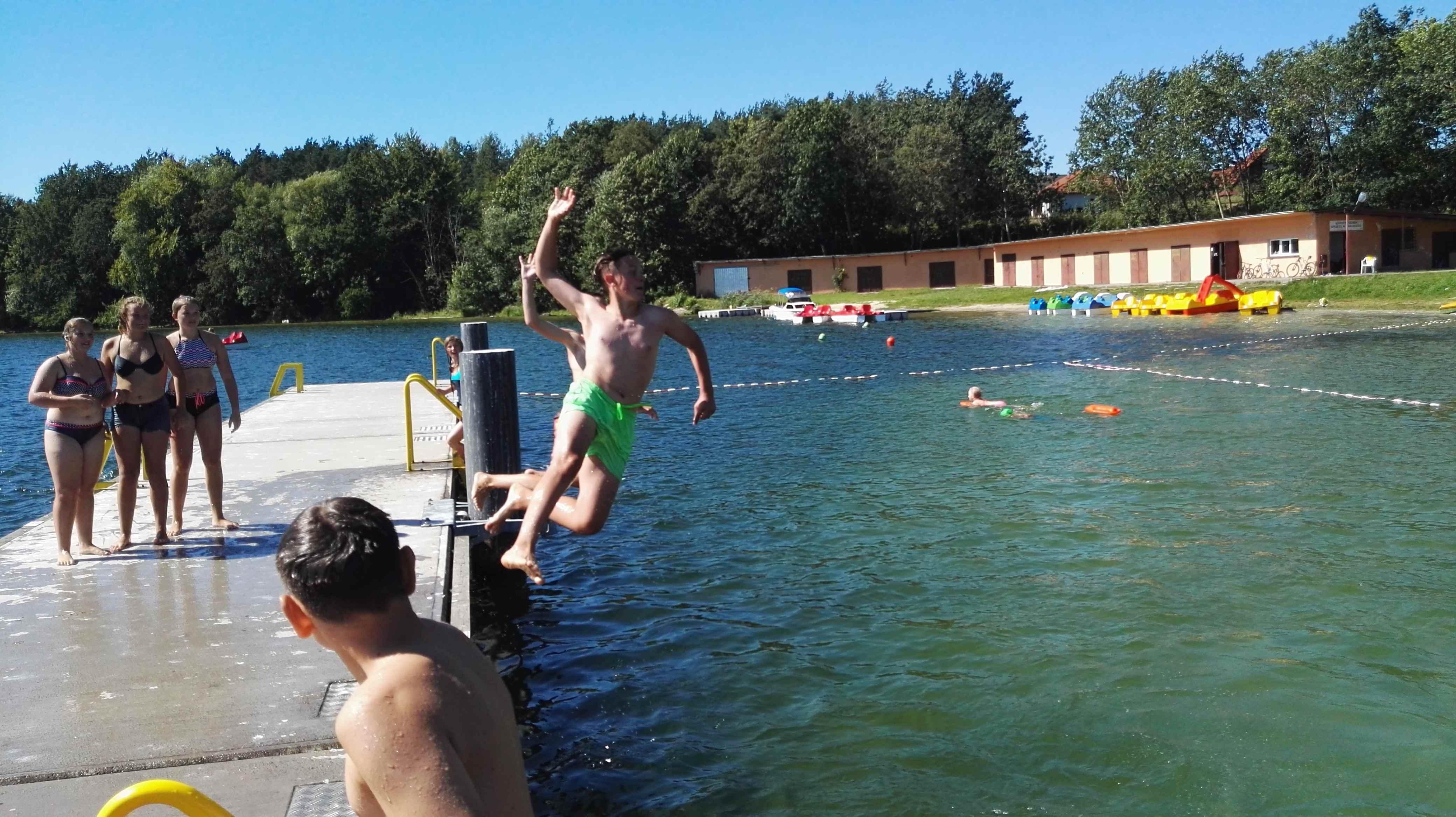zabawa sportowa nad jeziorem