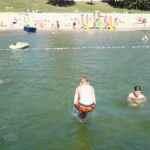 dzieci na plaży nad jeziorem