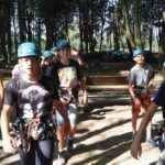 dzieci podczas zajęć sportowych w lesie