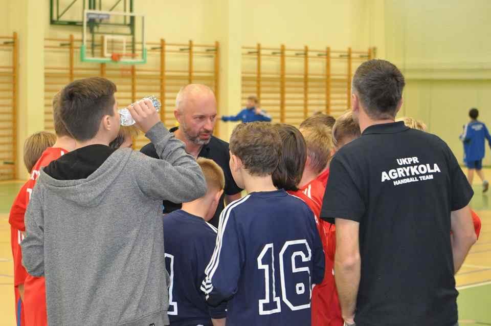piłka ręczna narada z trenerem podczas meczu