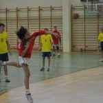 chłopiec rzuca piłką podczas meczu