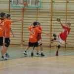 mecz piłki ręcznej dla chłopców w wieku szkolnym