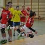 chłopcy rzucają piłką